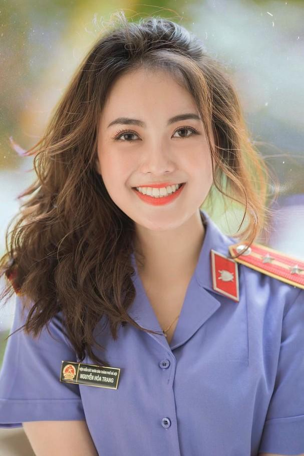 Nữ kiểm sát viên 9X Hà Nội khiến dân tình xốn xang vì nụ cười tỏa nắng và nhan sắc rạng rỡ ảnh 6