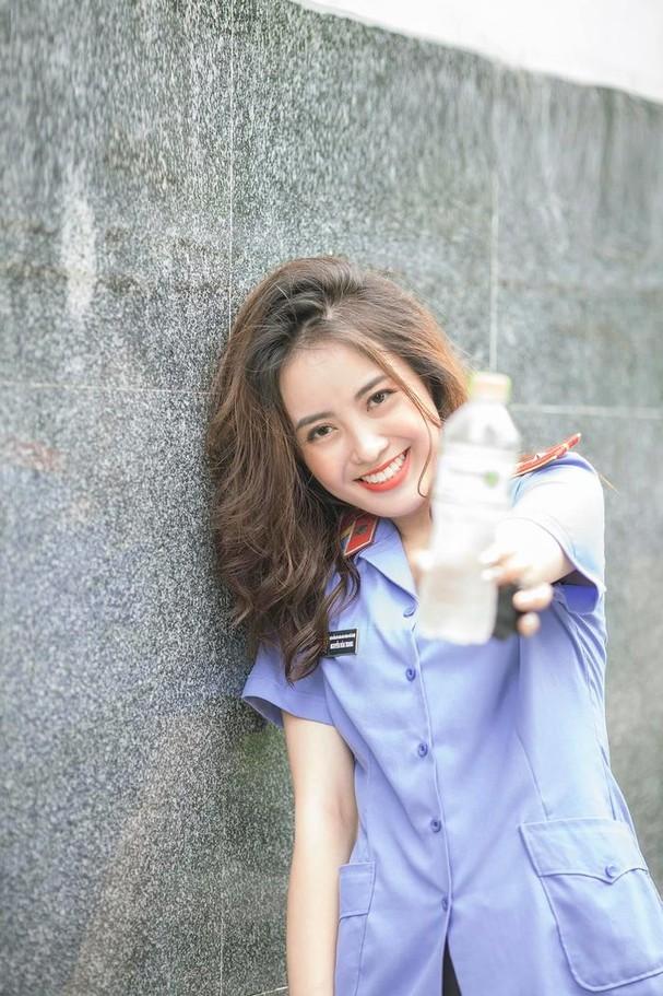 Nữ kiểm sát viên 9X Hà Nội khiến dân tình xốn xang vì nụ cười tỏa nắng và nhan sắc rạng rỡ ảnh 2