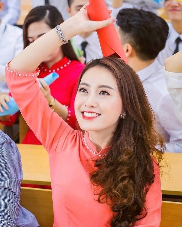 Nữ kiểm sát viên 9X Hà Nội khiến dân tình xốn xang vì nụ cười tỏa nắng và nhan sắc rạng rỡ ảnh 12