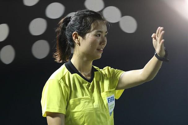 Vẻ cuốn hút của nữ trọng tài bóng đá ở SEA Games 30 - ảnh 4