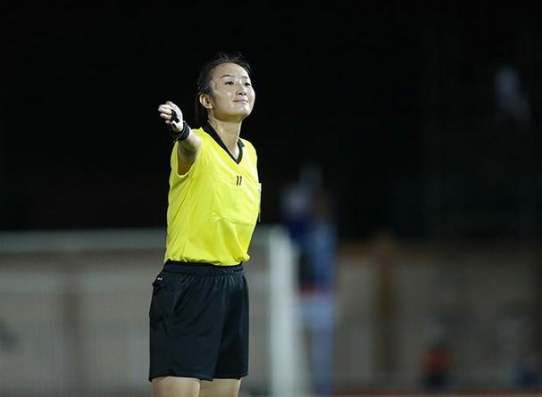 Vẻ cuốn hút của nữ trọng tài bóng đá ở SEA Games 30 - ảnh 2