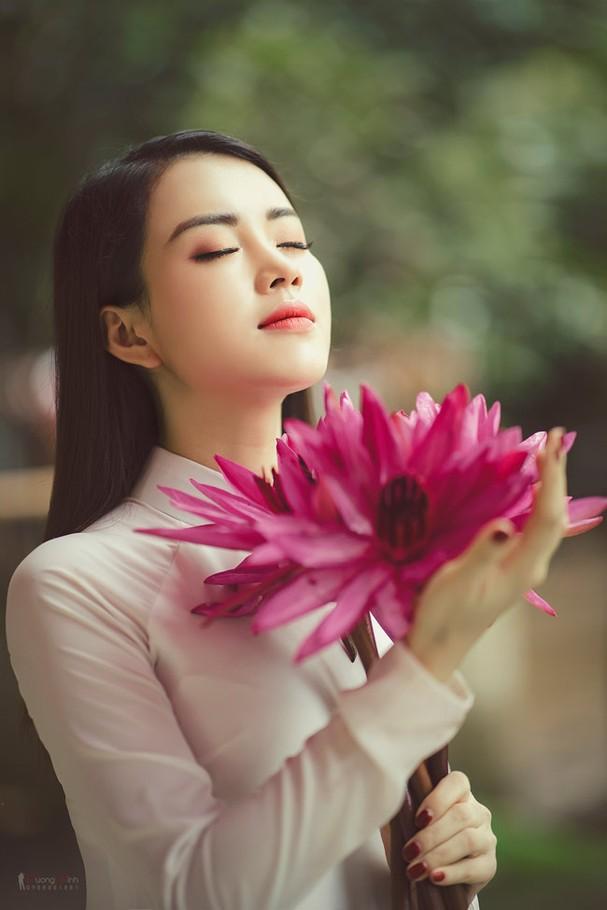 mc xinh dep khoe sac cang tran giua bat ngan mau tim cua hoa sung hinh anh 9