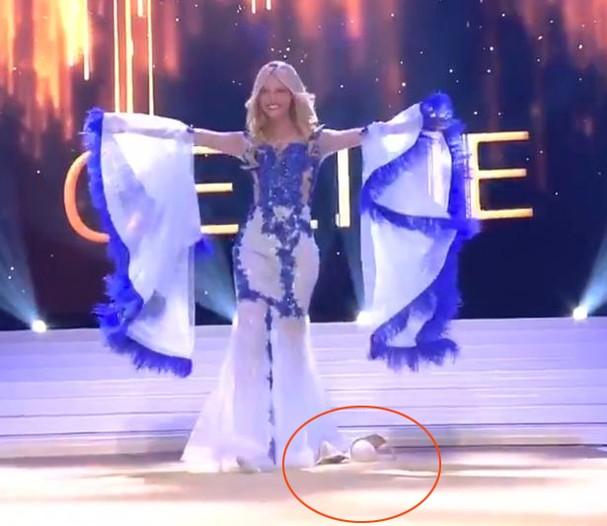 Cú ngã khiến người đẹp rơi nội y ngay trên sân khấu.