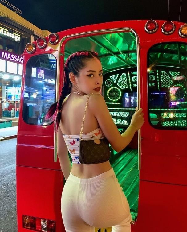Chi Pu, hoa hau Tieu Vy voi ao 20cm khoe eo thon  cung dan my nu khoe eo thon 'gay sot'-hinh-anh-1