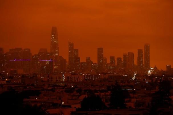 Bầu trời San Francisco chuyển màu cam đậm do các đám cháy rừng. Ảnh: Reuters