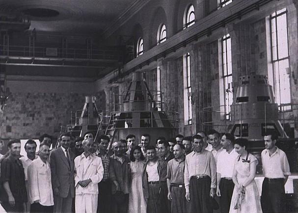 Chủ tịch Hồ Chí Minh bên trong nhà máy thủy điện Gyumush. (Ảnh do Đại sứ Kazhoyan cung cấp).