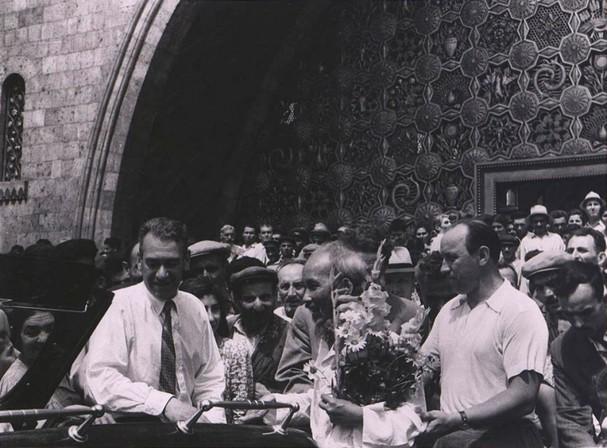 Chủ tịch Hồ Chí Minh thăm chợ trung tâm ở Yerevan (thủ đô của Armenia) và nói chuyện với người dân Armenia. (Ảnh do Đại sứ Kazhoyan cung cấp).