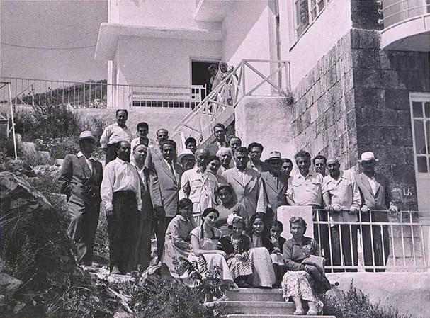 Chủ tịch Hồ Chí Minh chụp ảnh lưu niệm với các nhà văn Armenia tại khu nghỉ mát mùa hè Hội Nhà văn Armenia, gần hồ Sevan. (Ảnh do Đại sứ Kazhoyan cung cấp)./.