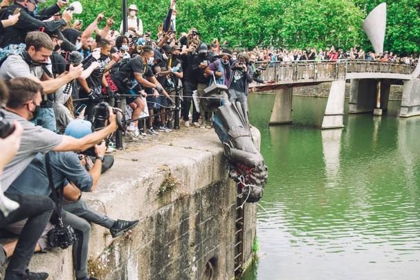 Bức tượng Edward Colston, một trùm buôn nô lệ thế kỷ 17, bị người biểu tình dùng dây thừng kéo đổ và ném xuống sông trong cuộc biểu tình tại Bristol, Anh. Ảnh: Getty Images