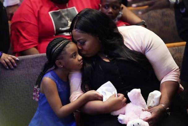 Roxie Washington và Gianna Floyd, con gái của George Floyd, tham dự lễ tang tại nhà thờ Fountain of Praiseở Houstonngày 9/6. Floyd là người đàn ông da màuđã tử vong sau khi bị cảnh sát ghì cổở Minneapolis (Mỹ) hôm 25/5, làm dấy lên các cuộc biểu tình trên toàn quốc. Ảnh: Getty Images