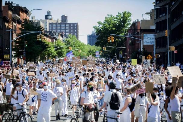 Hàng ngàn người đổ ra đường ủng hộ phong trào Black Trans Lives Matter (Mạng sống của người da đen cũng đáng giá) và phản đối việc cảnh sát giết chết George Floyd, vào ngày 14/6 ở Brooklyn, New York. Ảnh: Getty Images