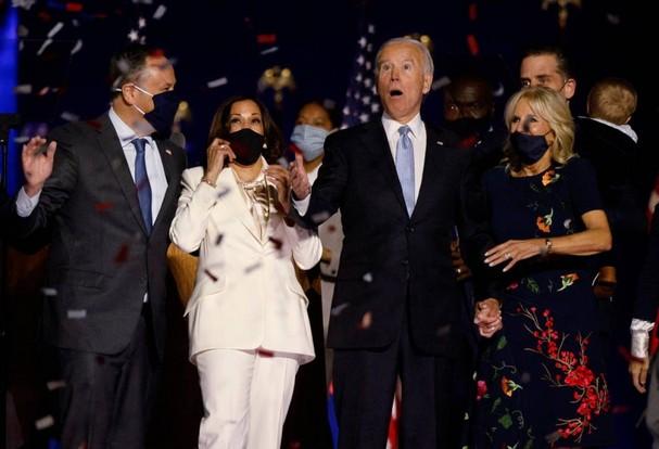 Tổng thống đắc cử Joe Biden cùng vợ Jill Biden và Phó tổng thống đắc cử Kamala Harris cùng chồng Douglas Emhoff vui mừng sau khi truyền thông Mỹ tuyên bố ông Biden là người chiến thắng vào ngày 7/11, 4 ngày sau cuộc bỏ phiếu. Ảnh: Reuters