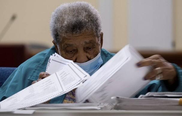 Các quan chức bầu cử kiểm phiếu tại tòa nhà hành chính quận Floyd ở Rome, Georgia, ngày 13/11. Ảnh: Getty Images