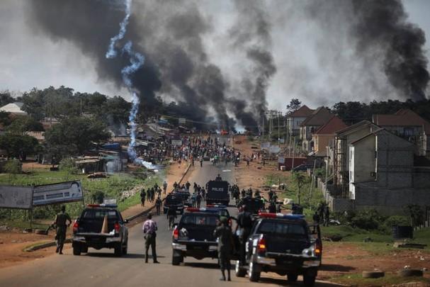 Cảnh sát Nigeria thực hiện các biện pháp mạnh để giải tán đám đông ở Apo, Abuja ngày 20/10, sau các cuộc biểu tình liên tục chống lại sự tàn bạo của cảnh sát. Ảnh: Getty Images