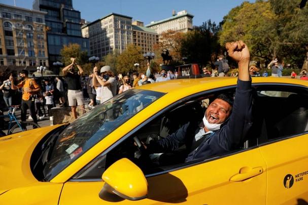 Một tài xế taxi vui mừng khi truyền thông Mỹ thông báo ông Joe Biden đã giành chiến thắng trong cuộc bầu cử tổng thống Mỹ năm 2020. Ảnh: Reuters