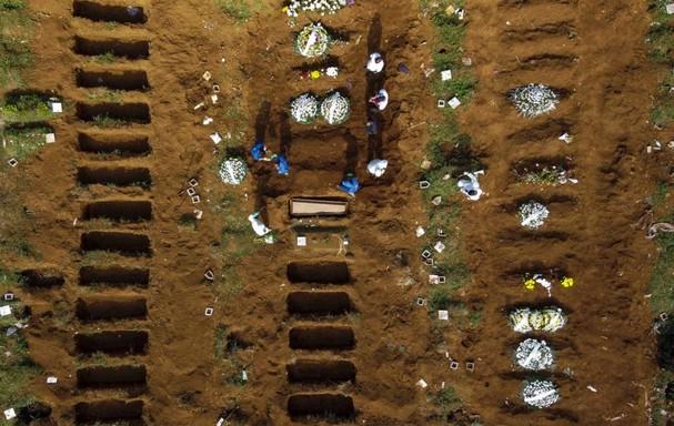 Một lễ chôn cất các bệnh nhân chết vì đại dịch Covid-19 ở nghĩa trang Vila Formosa ở Sao Paulo, Brazil ngày 1/4. Ảnh: Getty Images