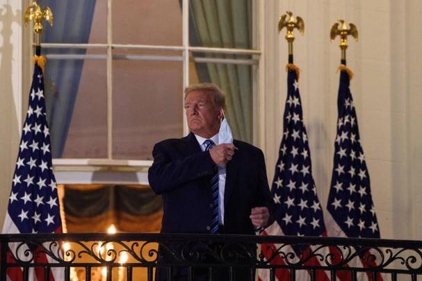 Tổng thống Trump tháo khẩu trang khi trở về Nhà Trắng từ Trung tâm Y tế Walter Reed, nơi ông điều trị Covid-19, vào ngày 5/10. Ảnh: Getty Images