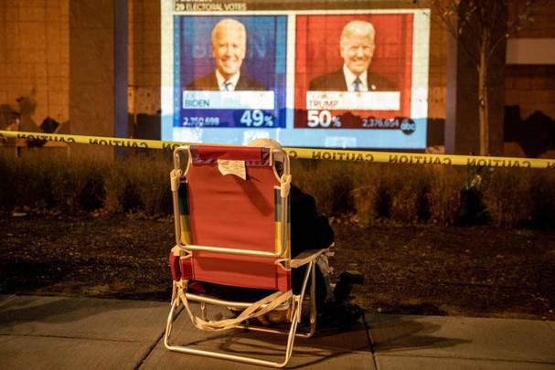 Một người chăm chú theo dõi kết quả bỏ phiếu của cuộc bầu cử tổng thống Mỹ ở thủ đô Washington. Ảnh: Getty Images