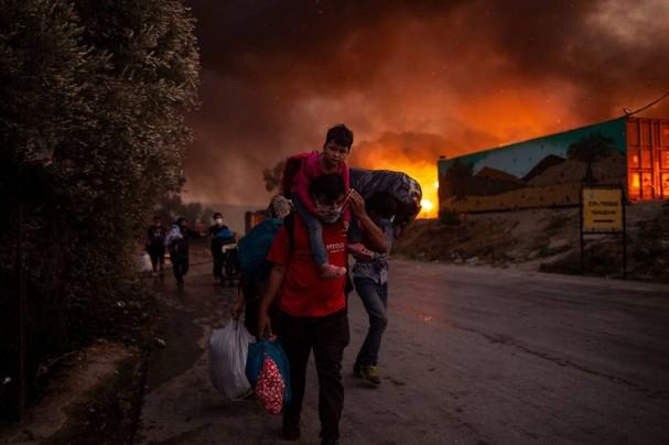 Những người di cư chạy trốn khỏi đám cháy tại trại tị nạn Moria trên đảo Lesbos, Hy Lạp ngày 9/9. Vụ hỏa hoạn đã thiêu rụi trại tị nạn lớn nhất châu Âu, khiến khoảng 12.000 người không có nơi trú ẩn. Ảnh: Getty Images