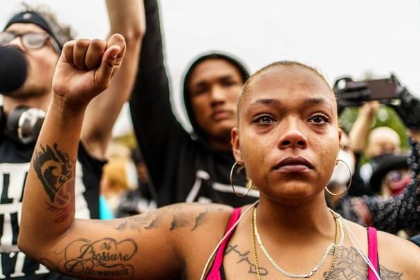 Một người khóc trong cuộc biểu tình phản đối chuyến thăm của Tổng thống Trump ngày 1/9 tới Kenosha, bang Wisconsin. Ảnh: Getty Images
