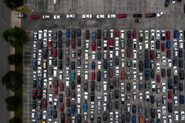 Hàng trăm người dân bị ảnh hưởng bởi đại dịch Covid-19 xếp hàng trên xe chờ đến lượt lấy thực phẩm từ Ngân hàng Thực phẩm San Antonio ở San Antonio, Texas ngày 17/4. Ảnh: Reuters