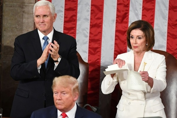 Chủ tịch Hạ viện Mỹ Nancy Pelosi xé bản sao thông điệp liên bang của Tổng thống Trump mà bà được phát trong lúc các nghị sĩ đứng lên vỗ tay khi nhà lãnh đạo Mỹ kết thúc bài phát biểu ngày 4/2. Ảnh: Getty Images