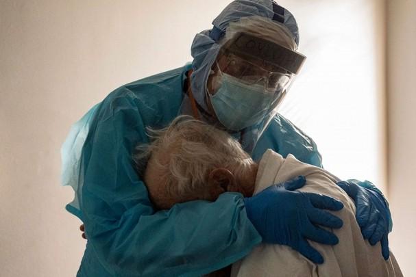 Bác sĩ Joseph Varon an ủi một bệnh nhân Covid-19 đang khóc vàmong được về nhà, trong phòng chăm sóc đặc biệt tại Trung tâm Y tế United Memorial, Houston, bang Texas (Mỹ) ngày 26/11. Ảnh: Getty Images