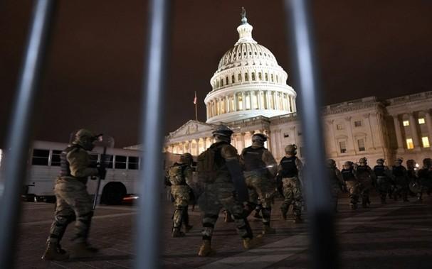 Lực lượng Vệ binh quốc gia bảo vệ bên ngoài trụ sở Quốc hội Mỹ, ngày 6-1. (Ảnh: AP)