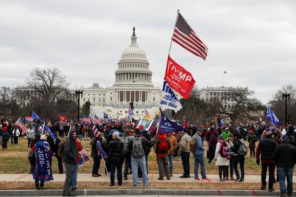 Người biểu tình ủng hộ ông Trump bên ngoài tòa nhà Quốc hội Mỹ. Ảnh: Reuters.