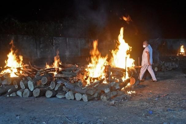 Bức ảnh ngày 13/4/2021 cho thấy giàn hỏa táng tạm trong lễ hỏa táng hàng loạt bệnh nhân Covid-19 tại một lò hỏa táng ở Surat, Ấn Độ. Ảnh: AFP.